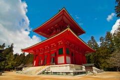 Rött japanskt tempel i Koya san Japan Arkivfoto