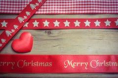Rött julband och en förälskelsehjärta Arkivfoto