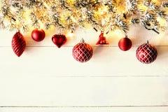 Rött julbaner, vitt trä, kopieringsutrymme Royaltyfri Fotografi