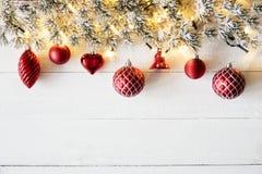 Rött julbaner, vitt trä, kopieringsutrymme Arkivfoto