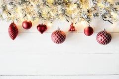 Rött julbaner, vitt trä, kopieringsutrymme Royaltyfria Bilder
