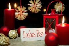 Rött julhälsningkort med tysk text, lycklig ferie royaltyfria bilder