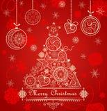 Rött julkort för tappning med det guld- spets- barrträdet och hängande struntsaker Royaltyfria Bilder