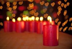 Rött julljus som bränner på en trätabell Royaltyfria Foton