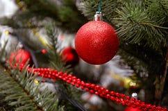 Rött klumpa ihop sig Julgranleksak Fotografering för Bildbyråer