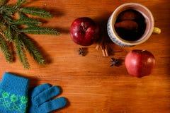 Rött kokt vin på den lantliga trätabellen Arkivfoton