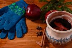 Rött kokt vin på den lantliga trätabellen Royaltyfria Foton