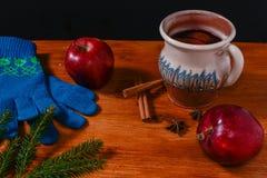 Rött kokt vin på den lantliga trätabellen Royaltyfri Fotografi