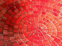 Rött koncentriskt mosaikabstrakt begrepp royaltyfri bild