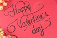 Rött kort med lyckliga valentin inskrift Royaltyfri Fotografi