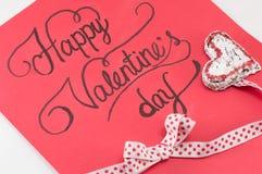 Rött kort med lyckliga valentin inskrift Royaltyfria Bilder
