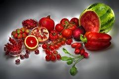 Rött kulört skina för frukter i det dunkla ljuset av mörker - grå bakgrund stock illustrationer