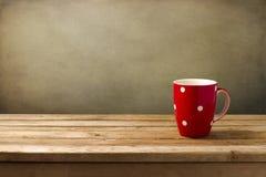 Rött kupa med pricker royaltyfria bilder