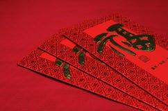 Rött kuvert i kinesisk festival för nytt år på röd bakgrund Fotografering för Bildbyråer