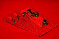 Rött kuvert i kinesisk festival för nytt år på röd bakgrund Royaltyfri Bild