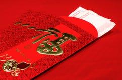 Rött kuvert i kinesisk festival för nytt år på röd bakgrund Royaltyfria Bilder