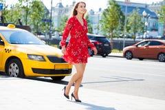 rött kvinnabarn för härlig blond klänning arkivfoton