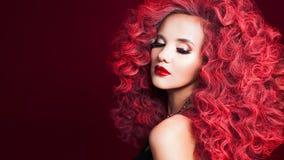 rött kvinnabarn för härligt hår Ljus smink och frisyr royaltyfria foton