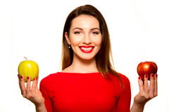 Rött kvinnainnehav och grönt le för Apple frukt som isoleras på Whit Arkivfoton