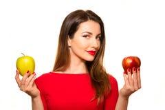 Rött kvinnainnehav och grönt le för Apple frukt som isoleras på Whit Fotografering för Bildbyråer