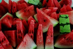 Rött - läcker vattenmelon för ett törstigt folk arkivfoto