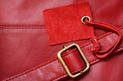 Rött läder och en etikett Royaltyfri Bild
