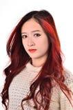Rött långt hår för asiatiska kvinnor i modernt mode Royaltyfria Foton
