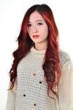 Rött långt hår för asiatiska kvinnor i modernt mode Fotografering för Bildbyråer