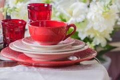Rött land utformade plattor, kopp och vinglas 3 Arkivbild