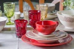 Rött land utformade plattor, kopp och vinglas 2 Arkivfoto