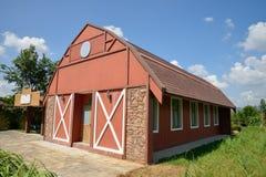 Rött lantgårdhus Arkivfoto