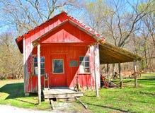 Rött lantgårdhus på en koloni royaltyfri bild