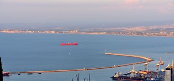 Rött lastfartyg i Haifa Bay royaltyfri foto