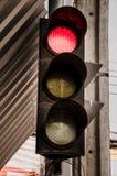 Rött ljus på genomskärningen Arkivbild