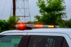 Rött ljusblinker av en siren på att exponera för polisbil fotografering för bildbyråer