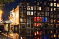 Rött ljusområde på natten Amsterdam centrum, Nederländerna Royaltyfri Fotografi