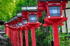Rött ljuspoler fortsatte trappuppgångingången till Kibune-jinja shr Fotografering för Bildbyråer