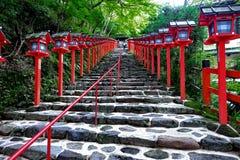 Rött ljuspoler fortsatte trappuppgångingången till Kibune-jinja shr Royaltyfri Bild