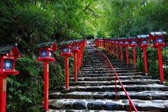 Rött ljuspoler fortsatte trappuppgångingången till Kibune-jinja shr Arkivfoton