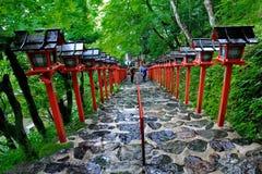 Rött ljuspoler fortsatte trappuppgångingången till Kibune-jinja shr Arkivbilder