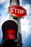 Rött ljusstopptecken på vägföreningspunkten Arkivfoton