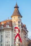 Rött medvetenhetband på Bucharest en gammal byggnad Royaltyfri Foto