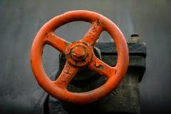 Rött metalliskt hjul royaltyfri fotografi