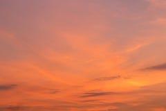 Rött moln över himmel i solnedgångtid royaltyfri bild