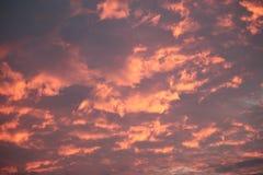 Rött moln på himmel Arkivbild