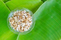 Rött myraägg på bananbladet Myraägg är foods som har varit popet Arkivbilder
