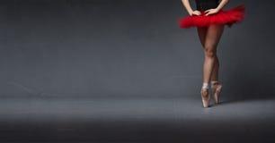 Rött nära övre för ballerinakjol och för tåspetsarna arkivbild