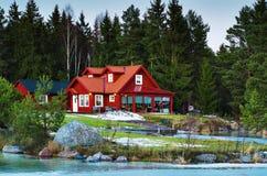Rött nordligt hus i skog Royaltyfri Bild