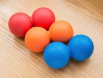Rött och apelsin och blåa små massagebollar Arkivbild