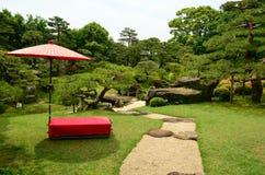 Rött och grönt i en japansk trädgård Royaltyfri Foto